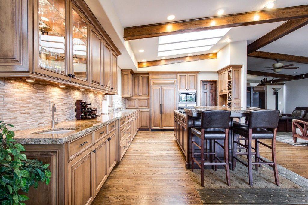 Cocina elegante de estilo rustico y suelo de madera