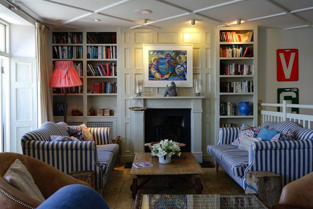 Salon elegante con techo de escayola dividido en cuadrados