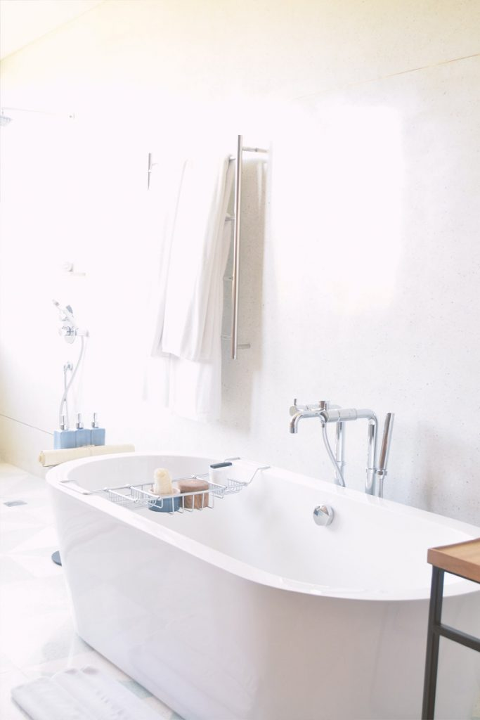 baño estilo nordico con bañera blanca grande