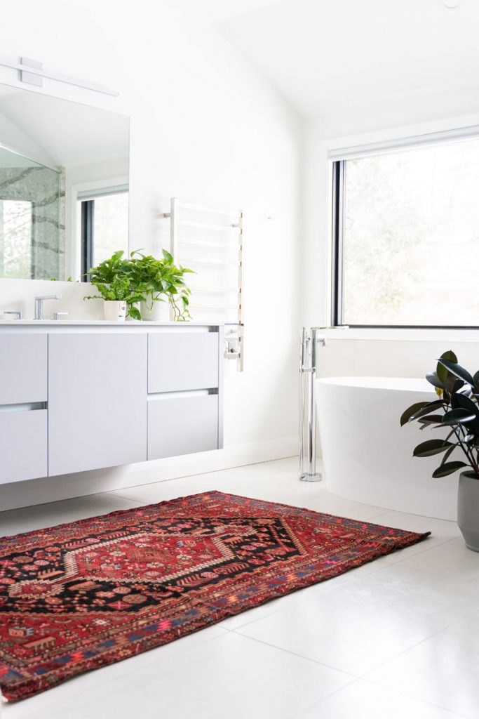 baño minimalista con alfombra roja
