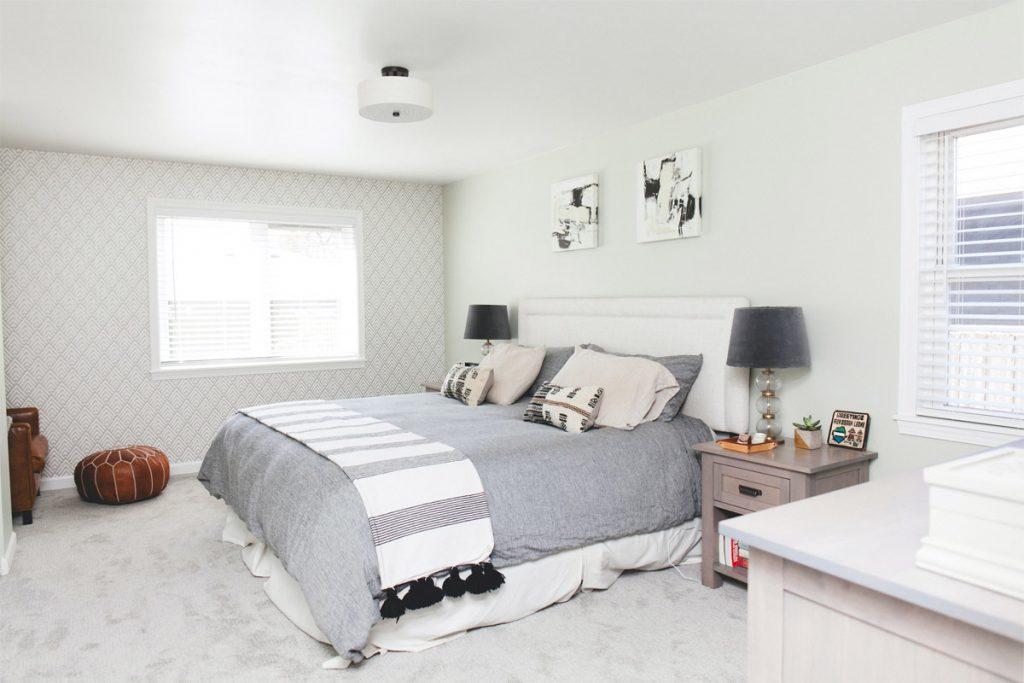 dormitorio nordico con suelo de moqueta gris y distintos tonos pastel