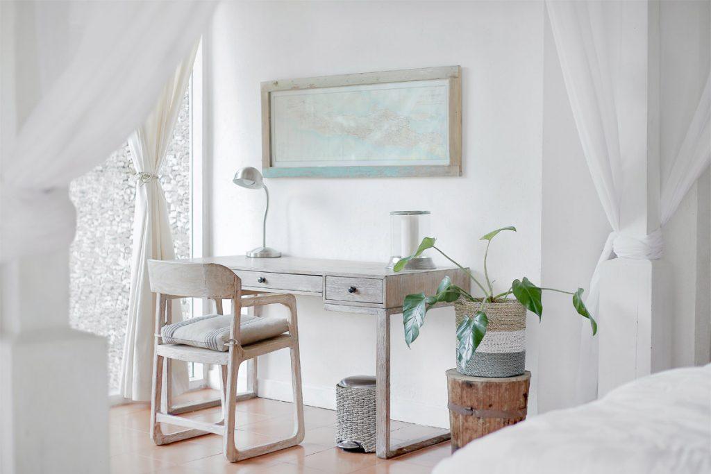escritorio de estilo nordico rustico con plantas