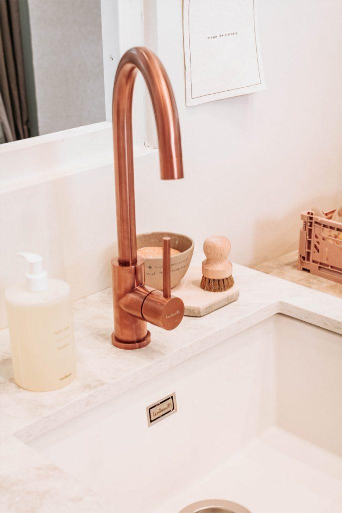 grifo de color estaño en cuarto de baño nordico