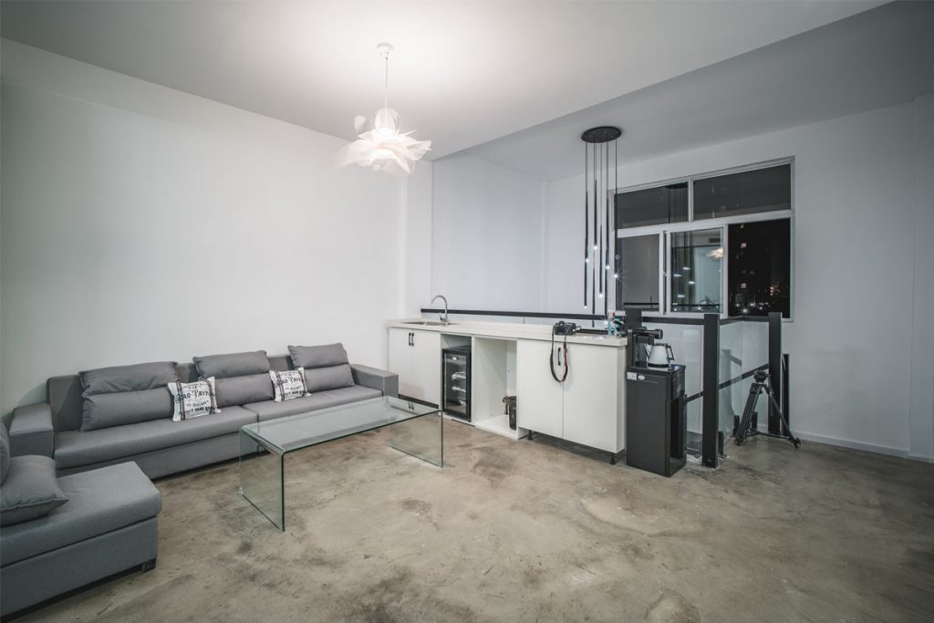 loft minimalista con salon y cocina en la misma habitacion
