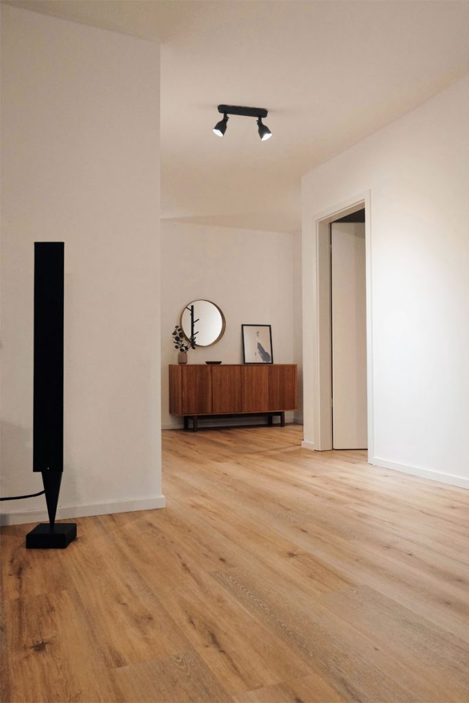 pasillo de casa minimalista con suelo de madera