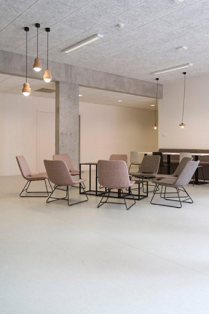 sala de estar minimalista con pocos muebles