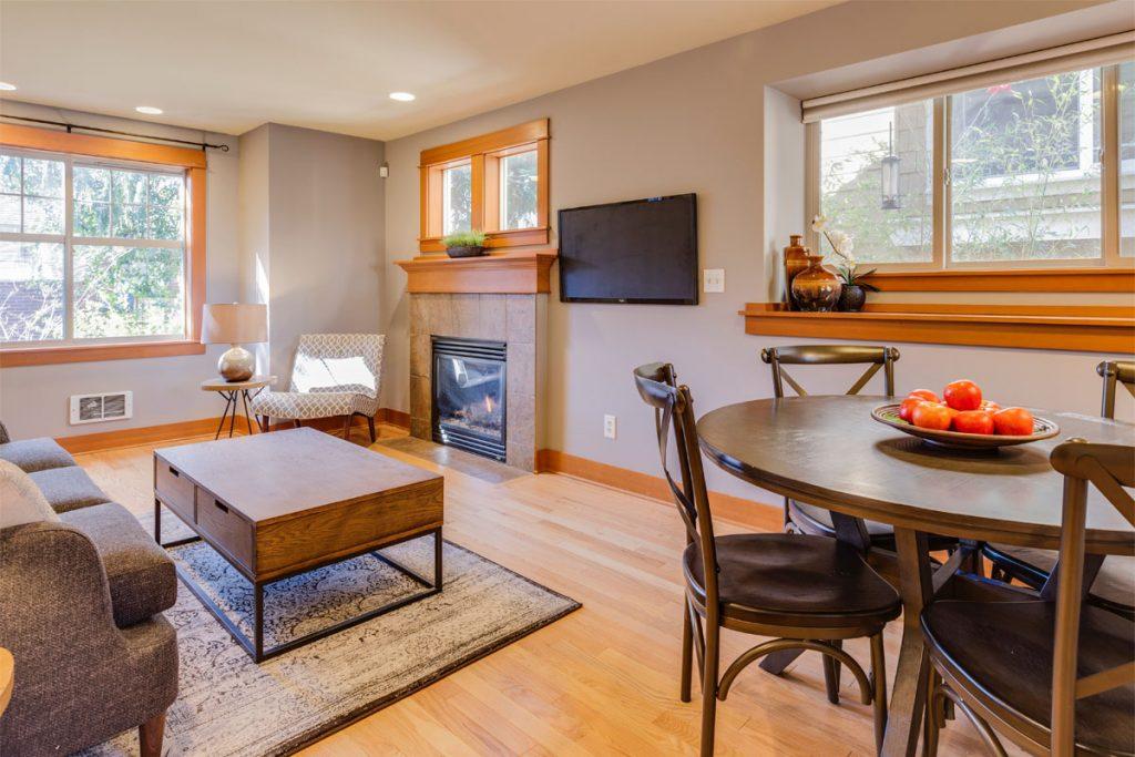 salon de estilo minimalista con chimenea y decoracion basada en madera