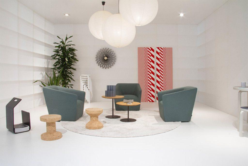 salon minimalista con sillones una mesa y lamparas enormes y redondas