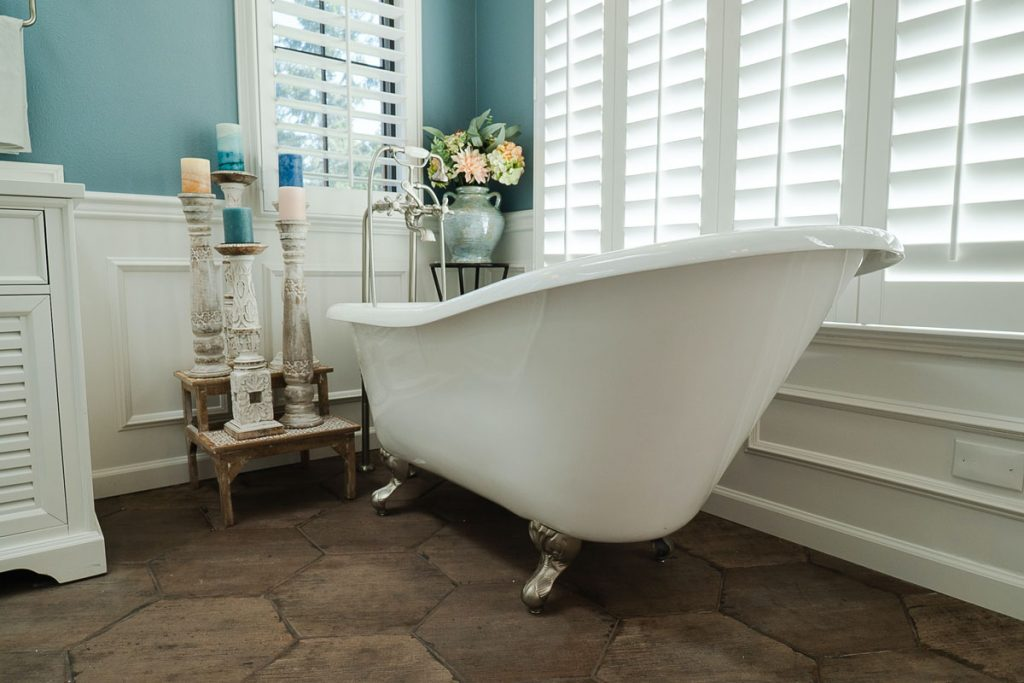 baño de estilo clasico minimalista con bañera de patas