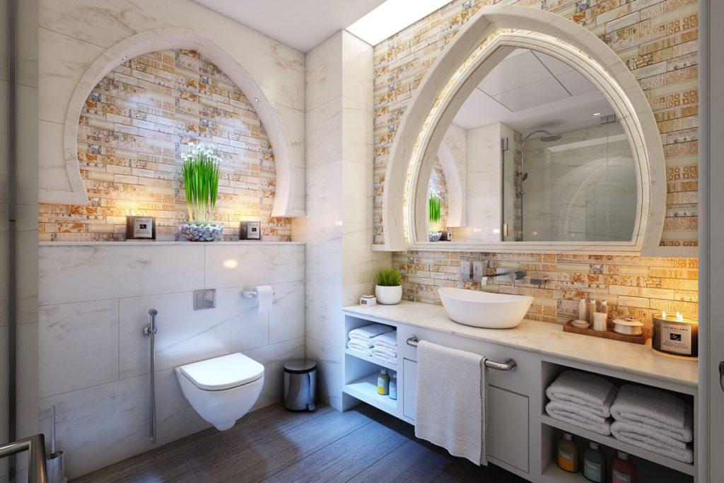 baño industrial con paredes de ladrillo y marmol