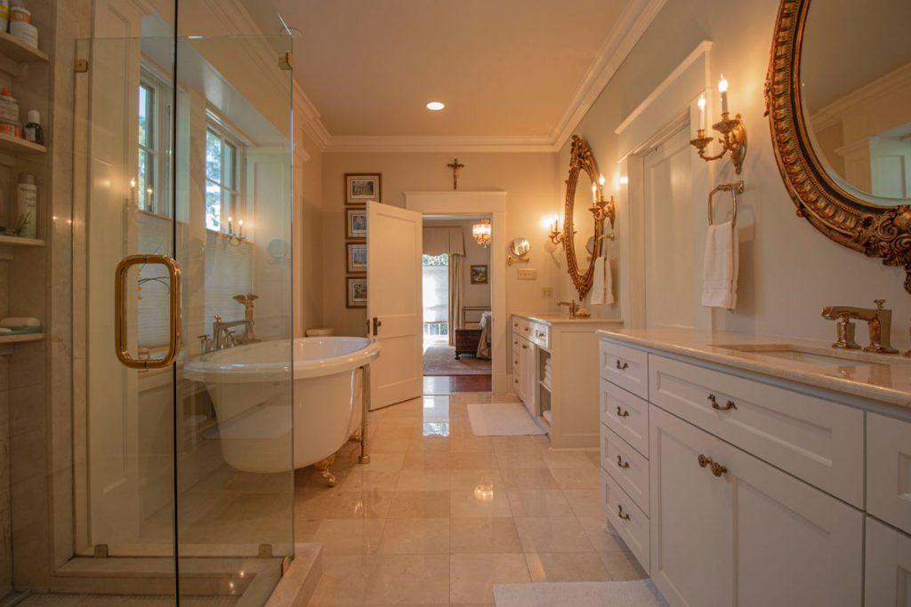 baño muy amplio de estilo clasico moderno con suelo de marmol y bañera clasica