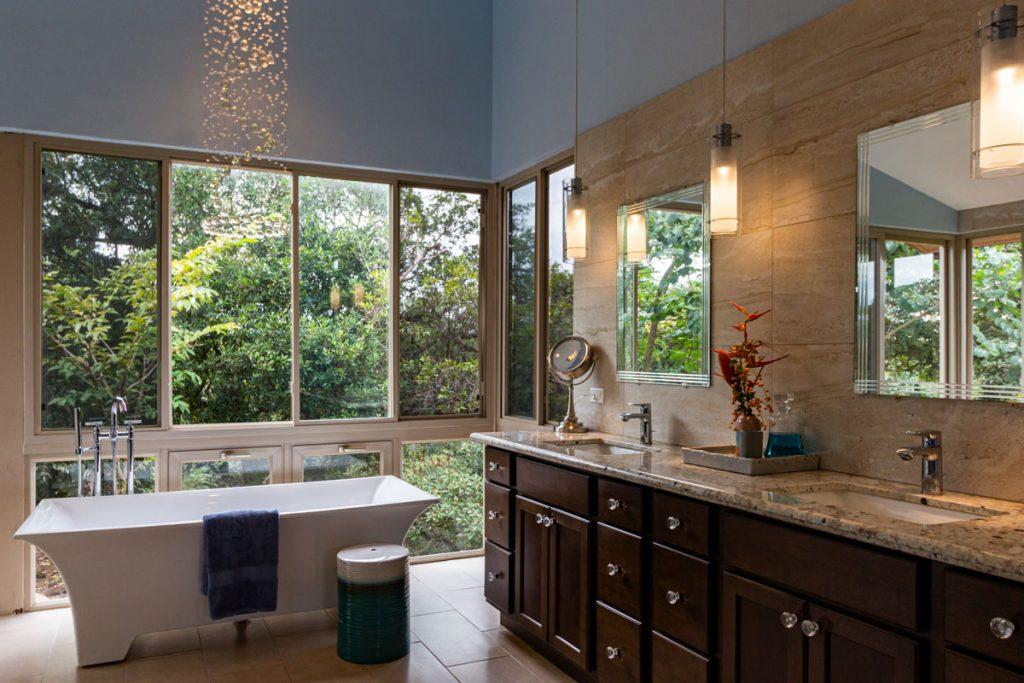 baño rustico con gran ventanal y bañera blanca
