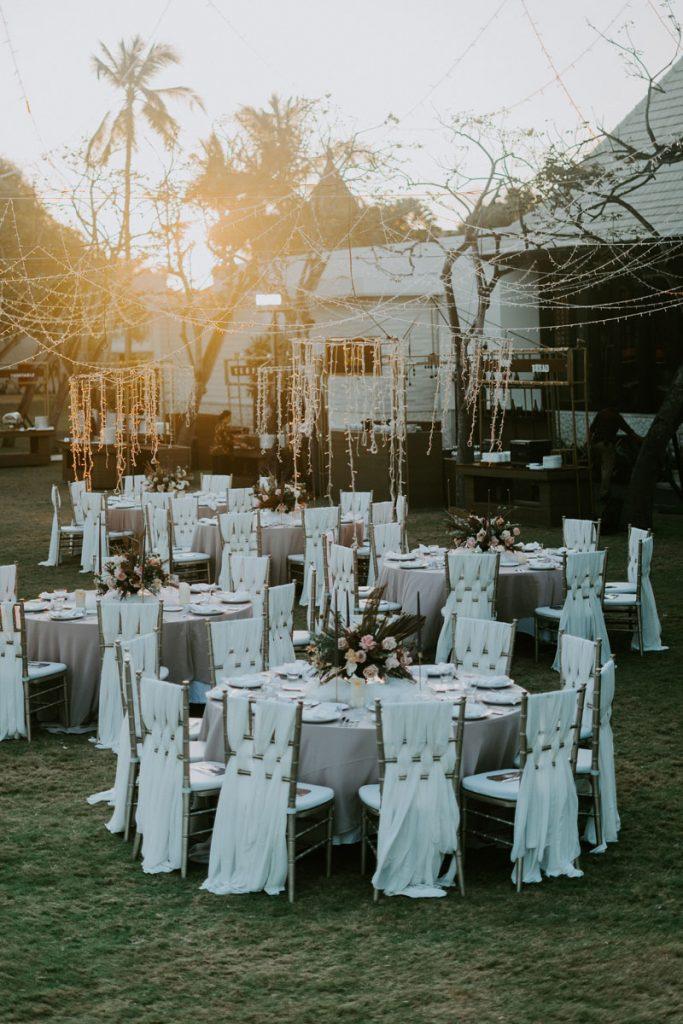 boda boho chic en el jardin con muchas luces