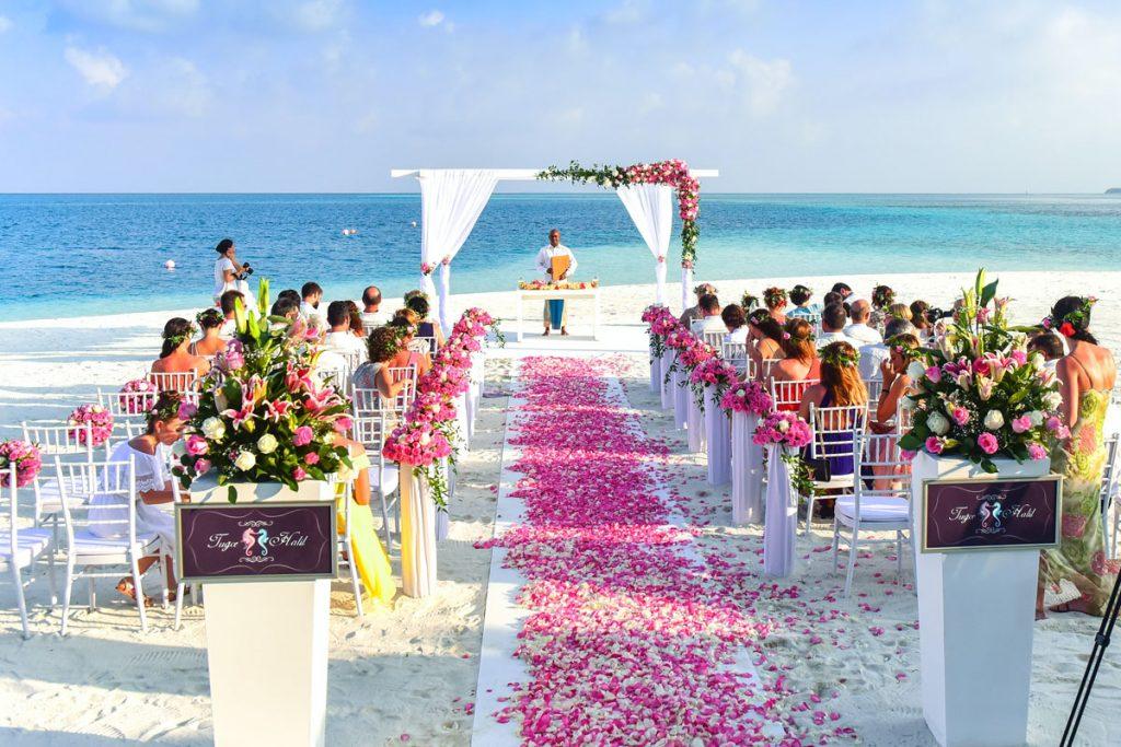 boda boho chic en la playa con petalos