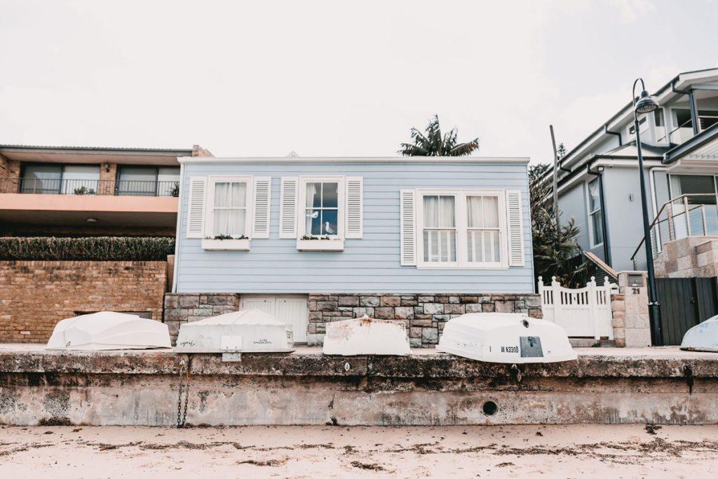 casa de playa azul de estilo nautico
