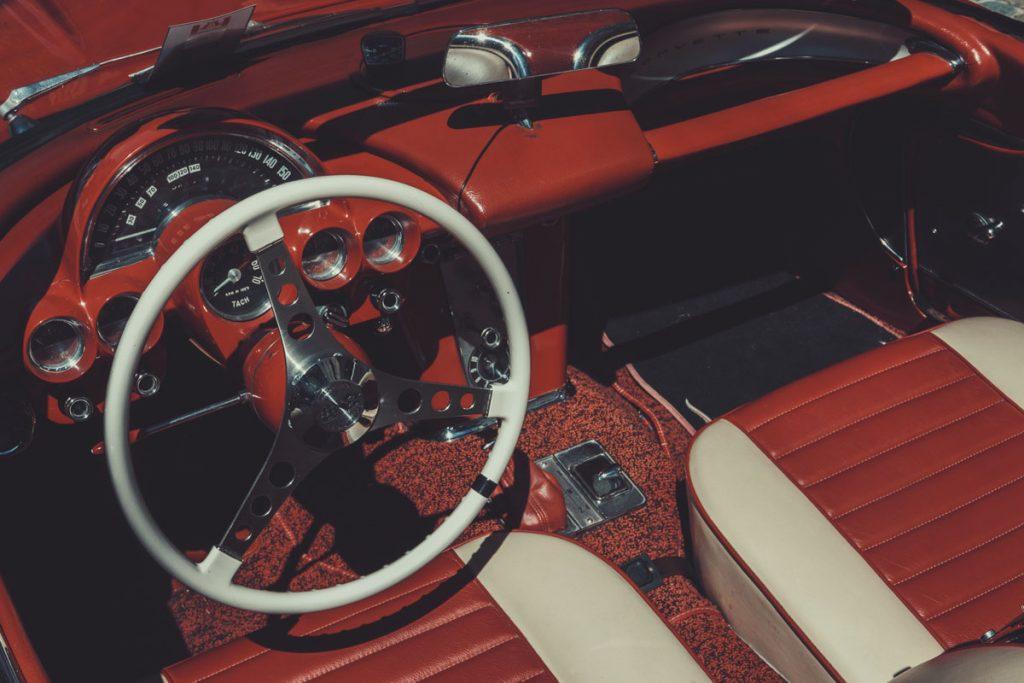 coche rojo y blanco vintage con asientos de cuero
