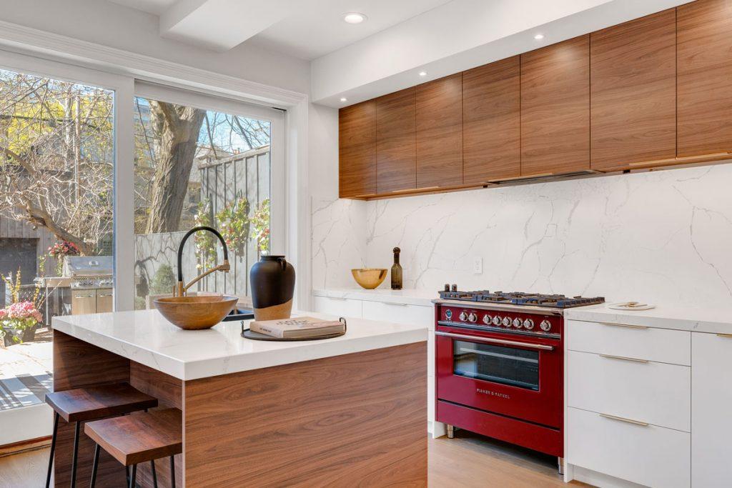 cocina moderna con muebles en madera y rojo