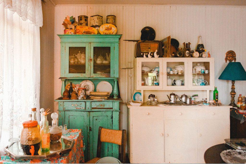 cocina vintage con muebles verdes y blancos muy desgastados