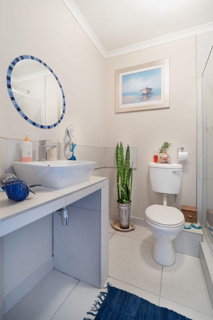 cuarto de baño decorado con estilo navy