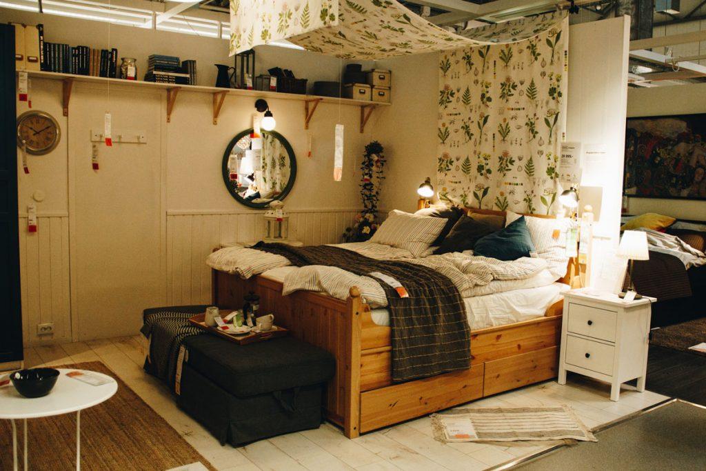 dormitorio boho con muchos detalles bohemios y decoracion retro