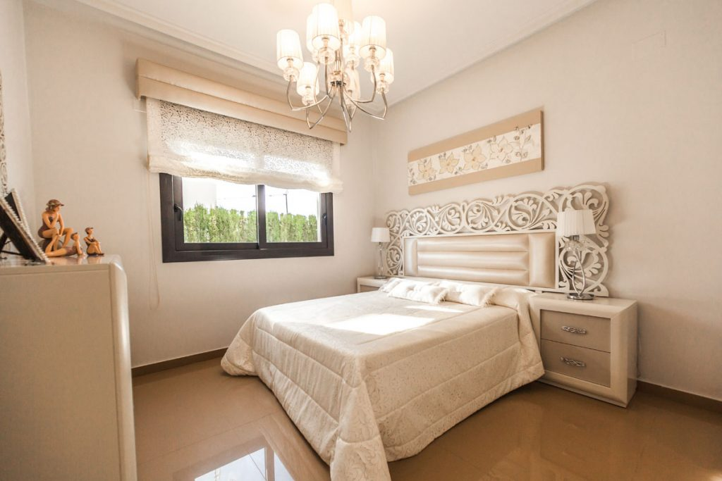 dormitorio clasico moderno en tonos blancos y crema