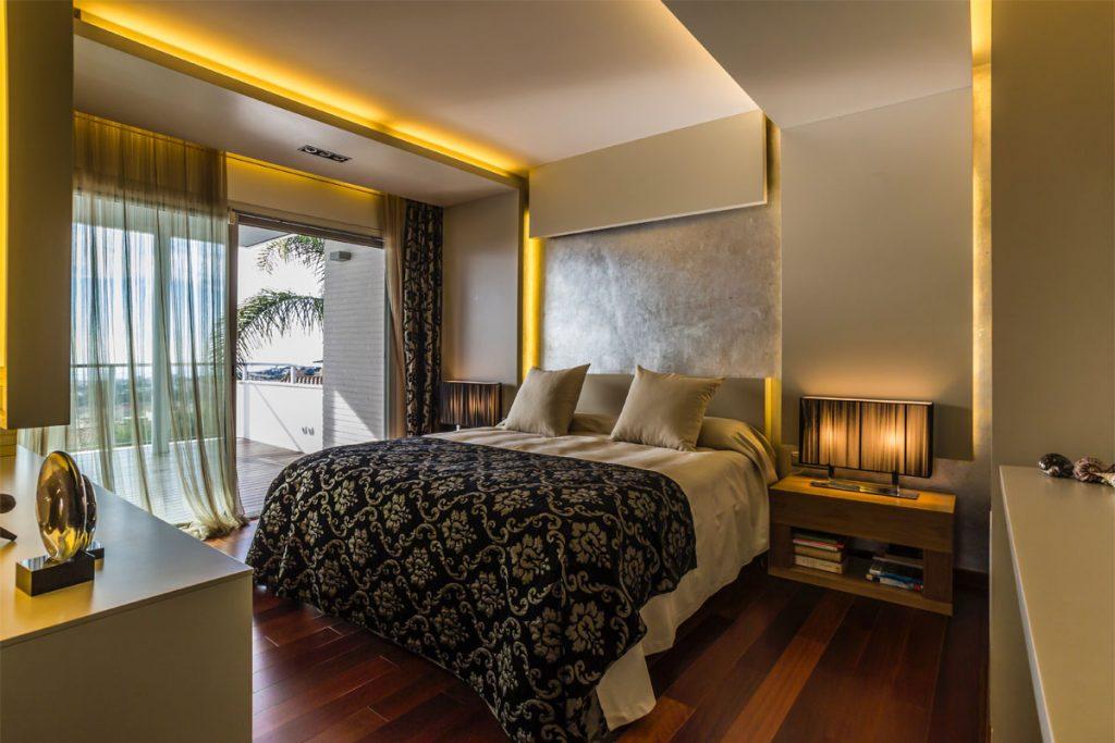 dormitorio estilo vintage con ropa de cama estampada y suelo de madera