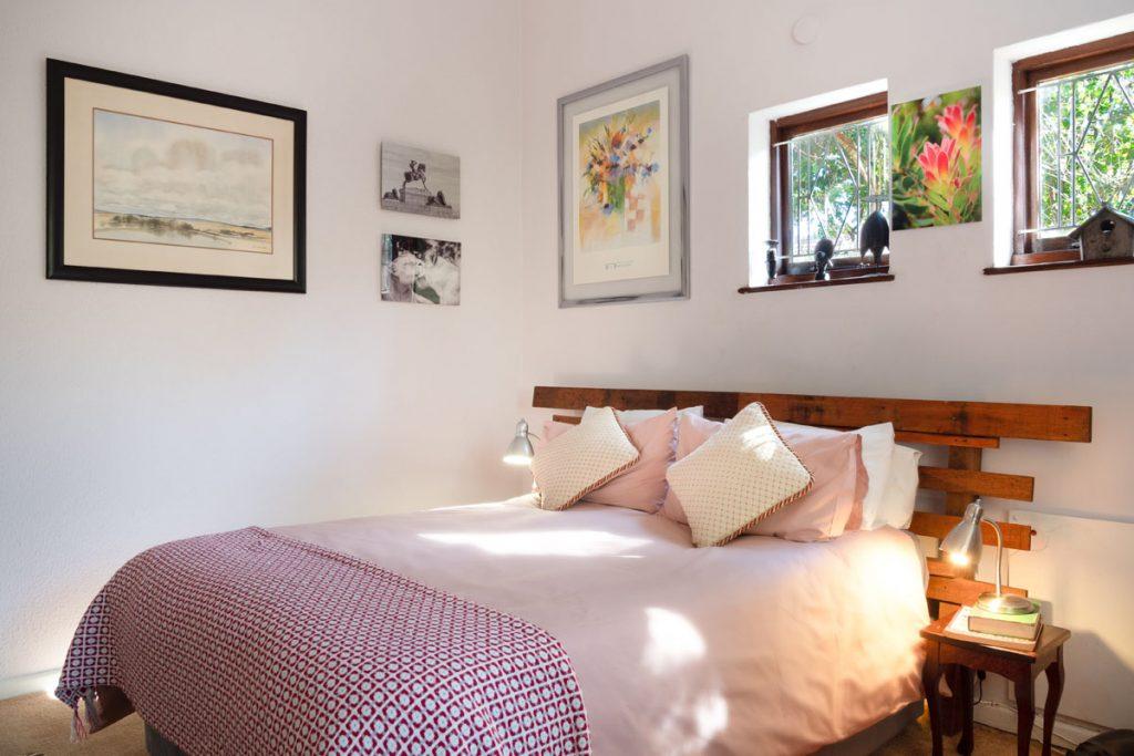 dormitorio rustico pequeño con cabecero de madera