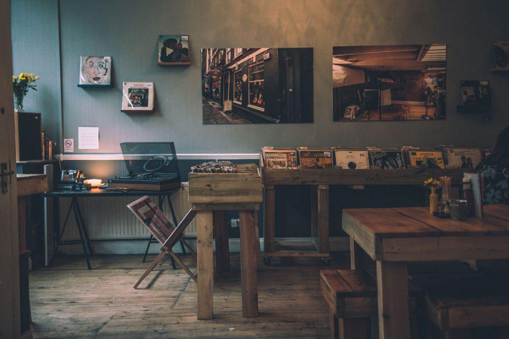 dormitorio rustico vintage con muebles de madera y muchos discos retro