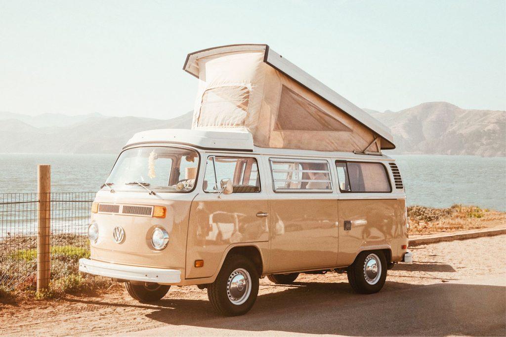 furgoneta hippie vintage de color crema