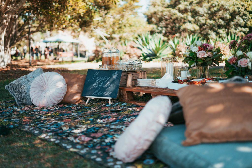 jardin con decoracion boho de cojines y alfombras
