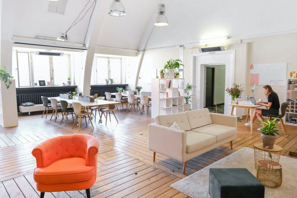 loft de empresa con sala de reuniones y mesa de trabajo