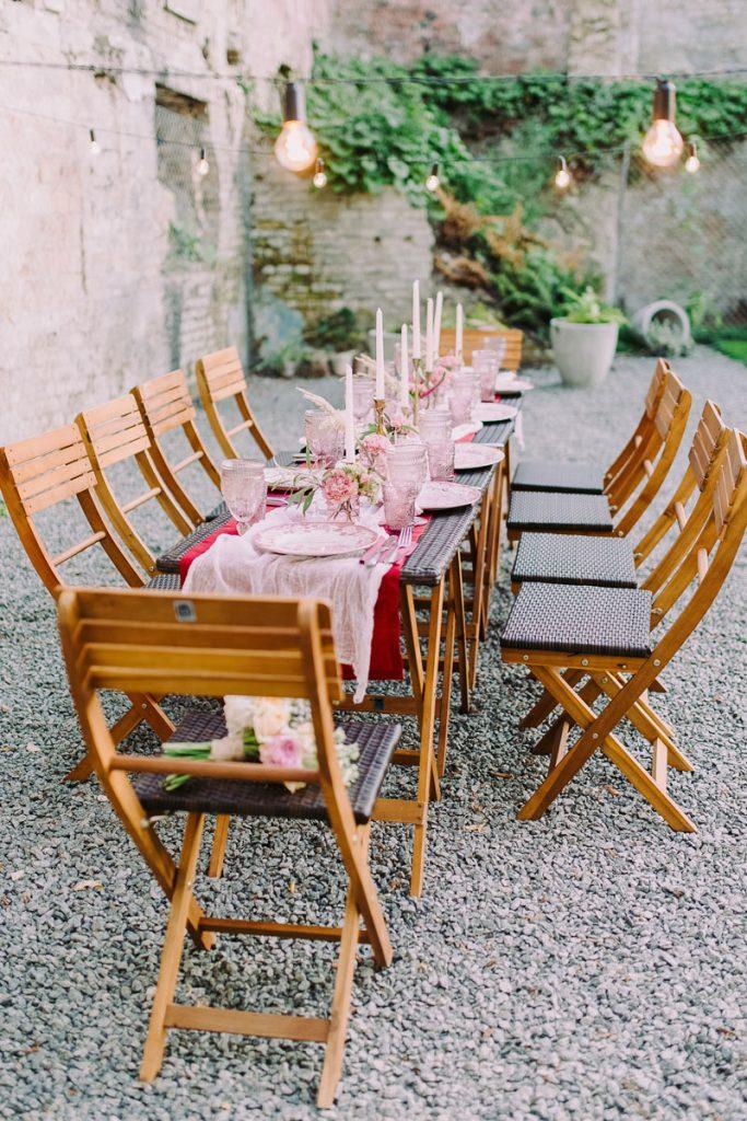 mesa de madera para boda boho con velas