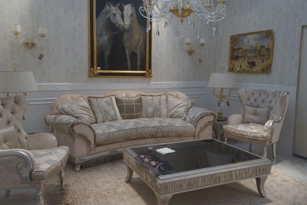 sala de estar con muebles clasicos y cuadros