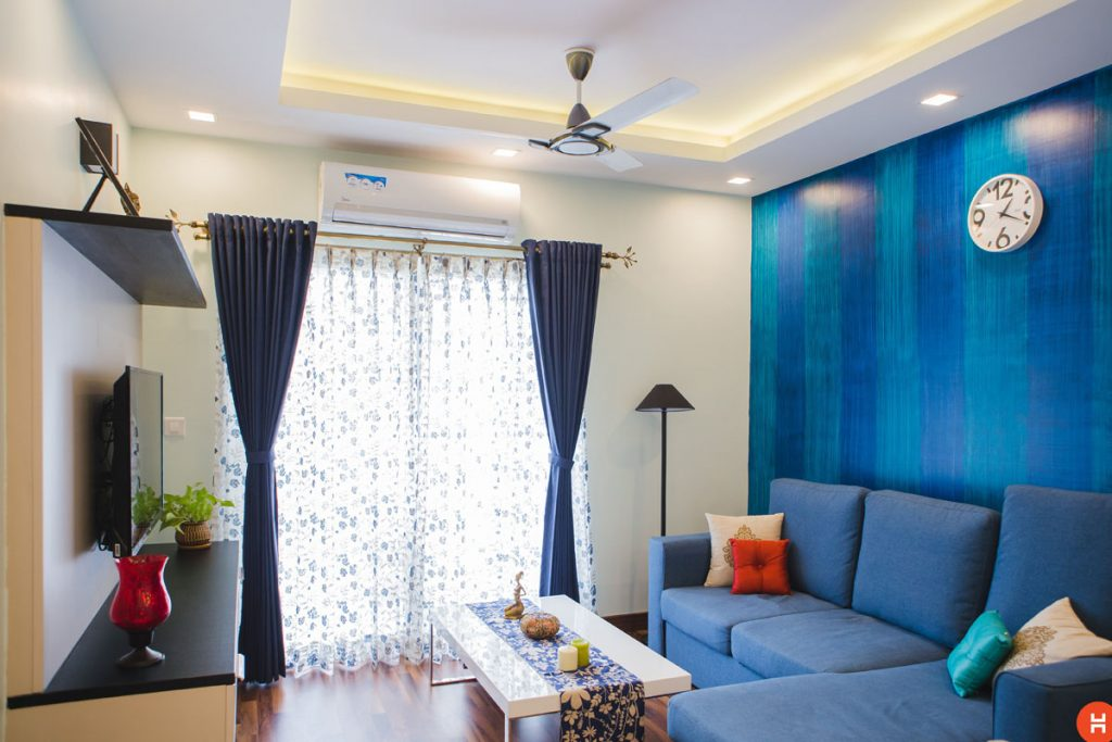 sala de estar de estilo nautico con paredes sofas y cortinas azules