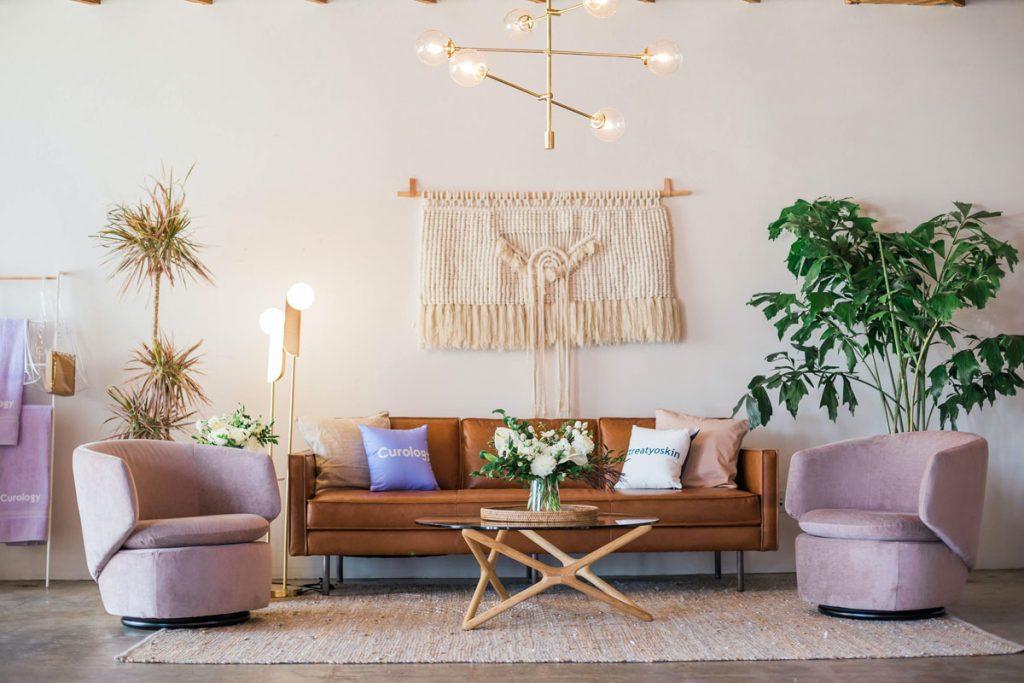 salon bohemian chic con motivos etnicos y plantas