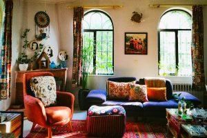 salon bohemio a todo color con detalles retro y etnicos