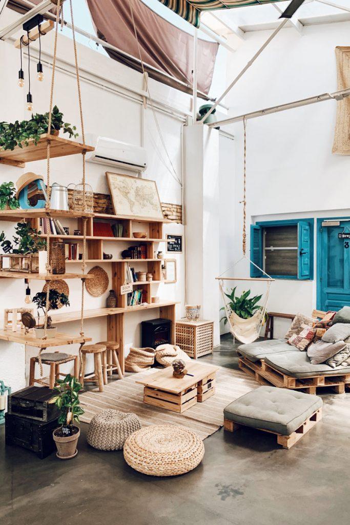 salon boho rustico con muebles de madera hechos con palets
