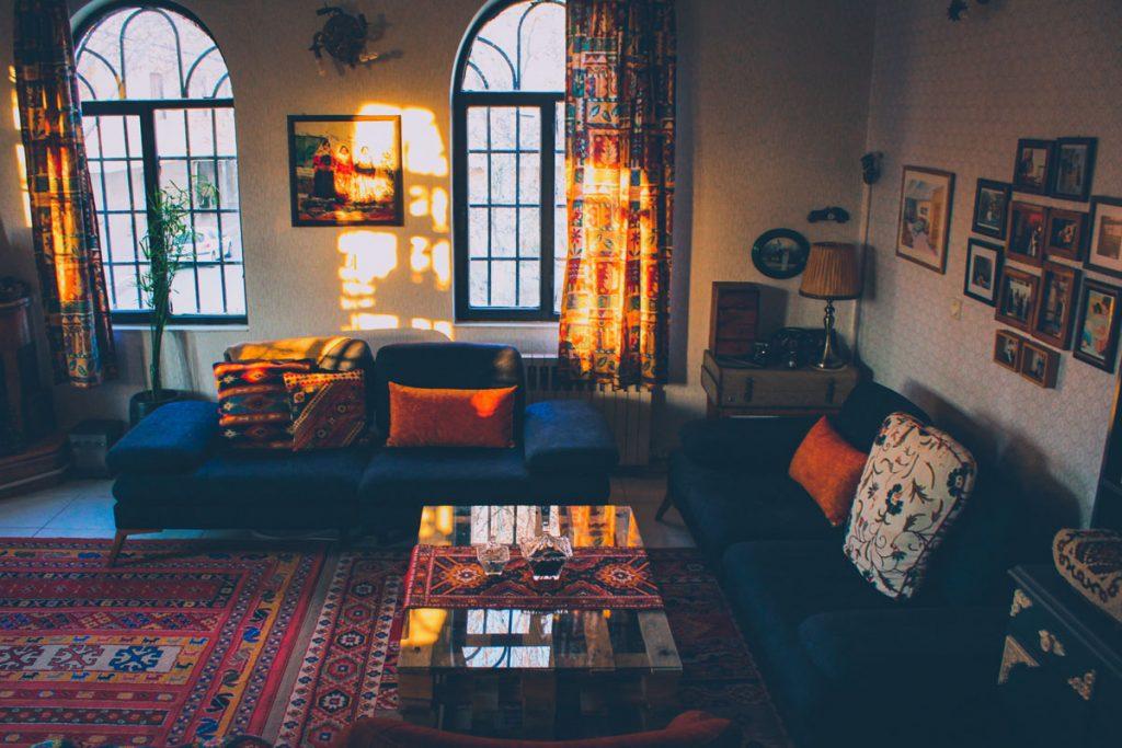 salon boho vintage con muchos colores en sofa cojines alfombra y cortinas