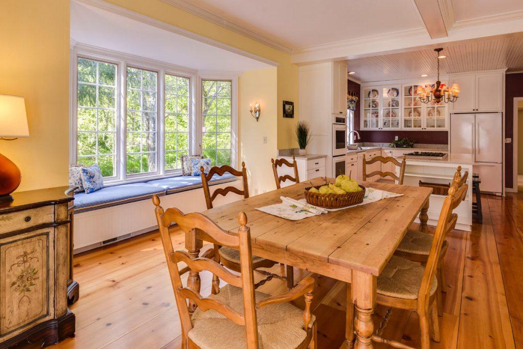 salon comedor rustico amplio y con un gran ventanal