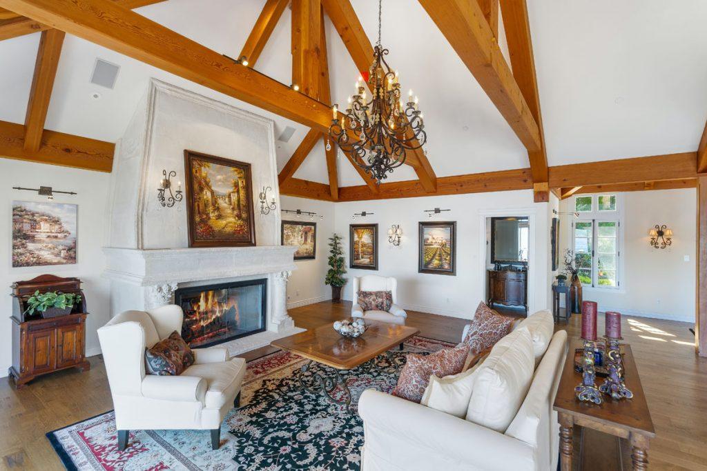 salon comedor rustico muy amplio con techo alto y vigas de madera