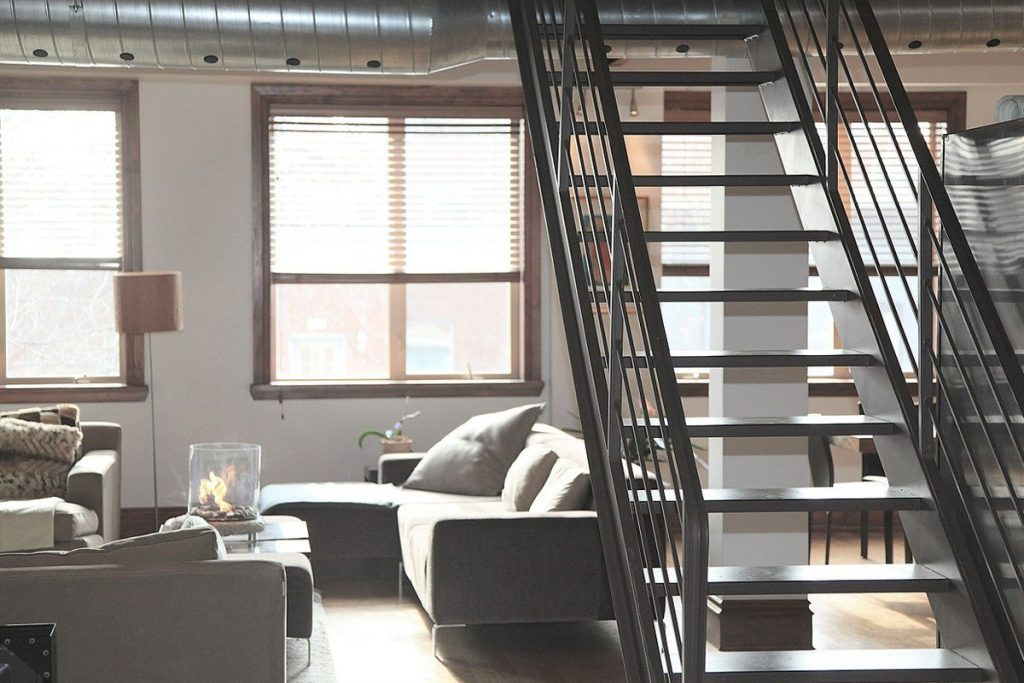 salon de estar industrial con escalera