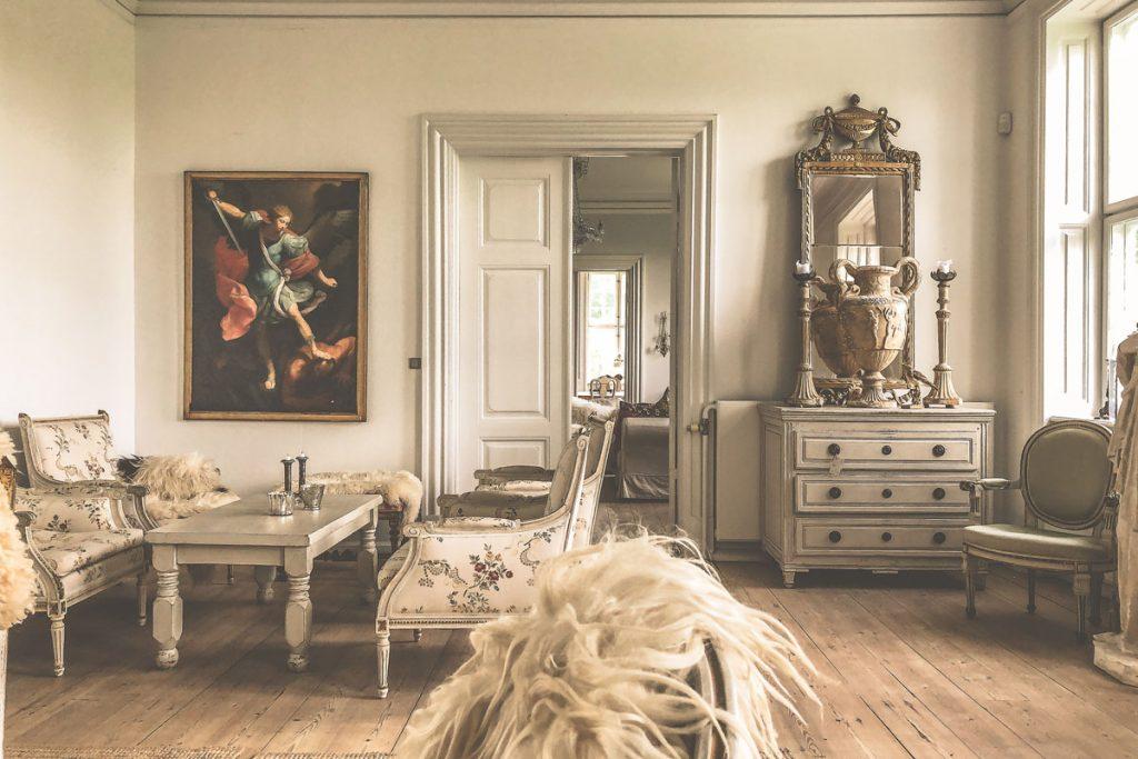 salon de estilo clasico en tonos grises