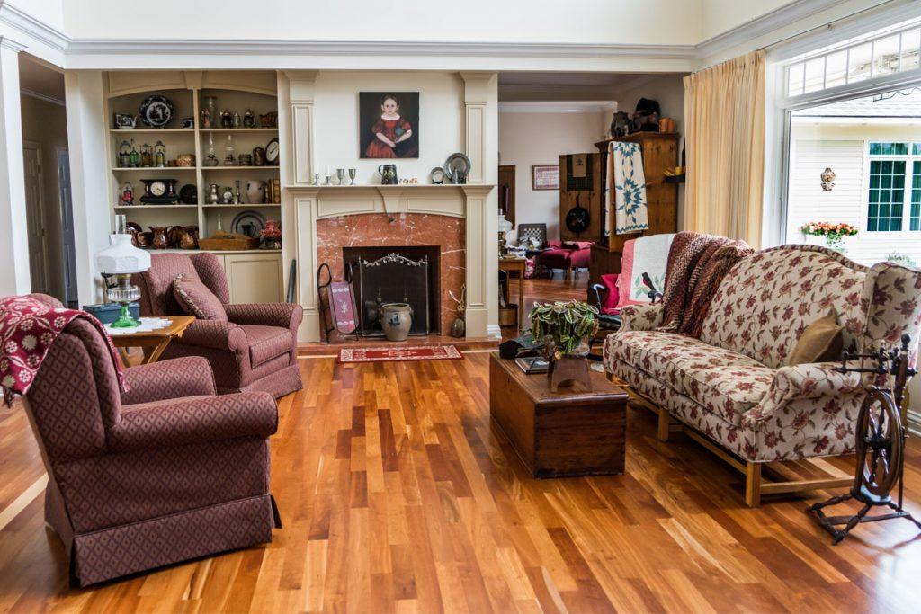 salon de estilo clasico moderno con chimenea y suelo de madera