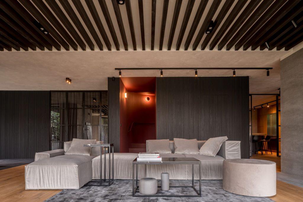 salon industrial con decoracion en tonos grises claros y oscuros