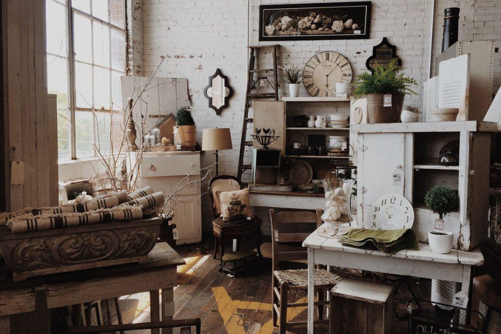 salon lleno de objetos y muebles vintage de todo tipo