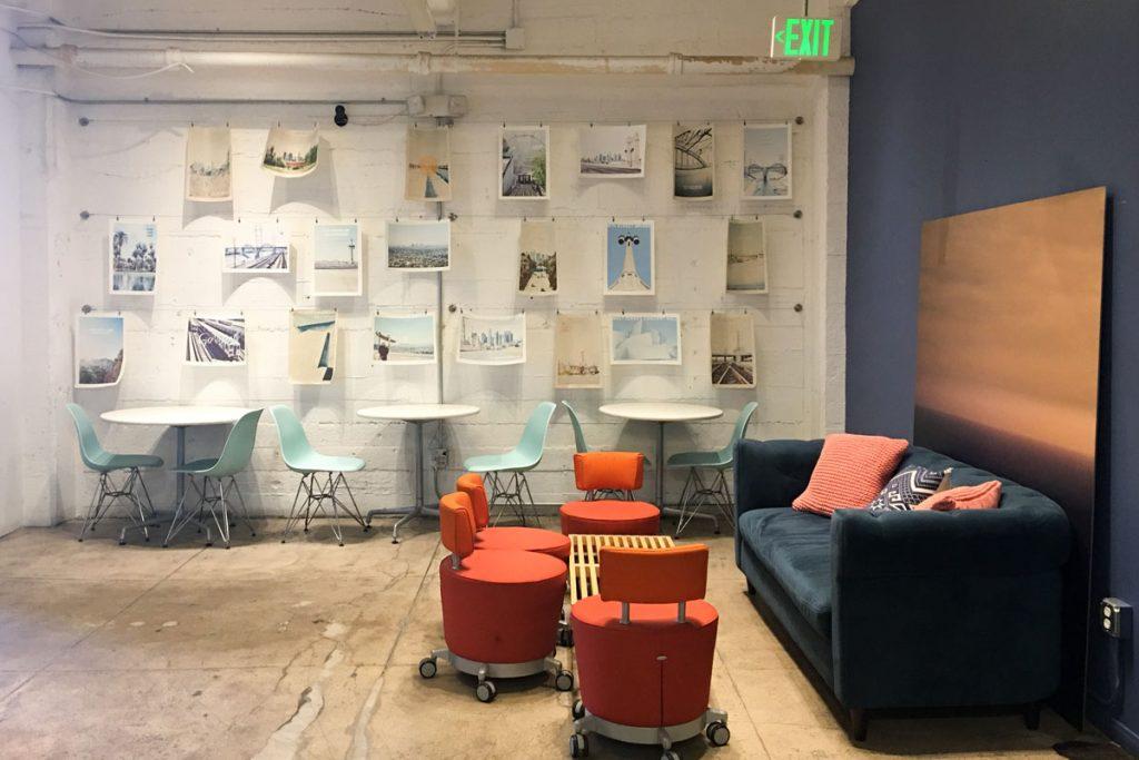 salon loft con muchos cuadros en la pared de ladrillo