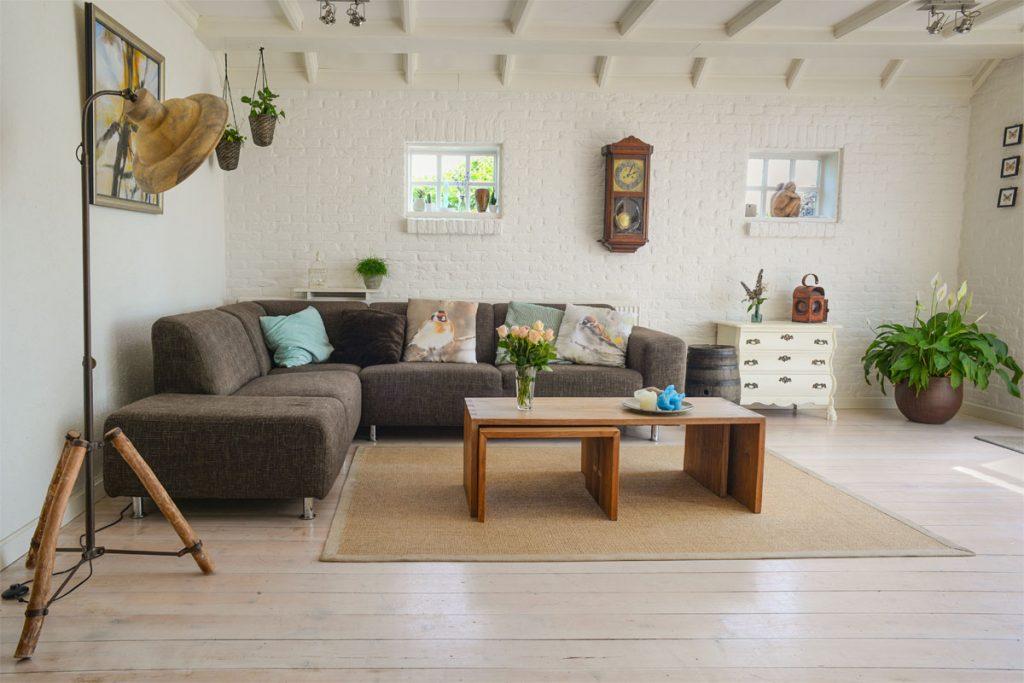 salon moderno con mueble vintage