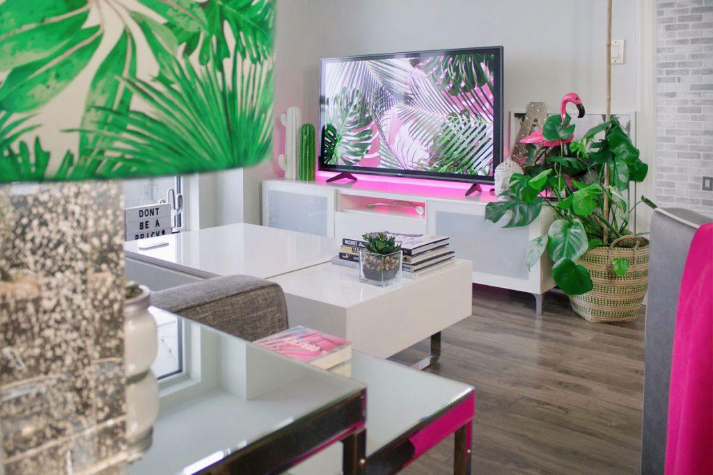 salon moderno decorado con muebles blancos y un toque de rosa