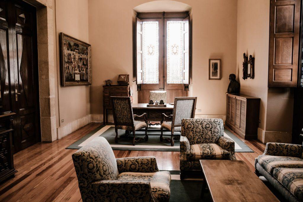 salon rustico clasico con muebles y sillones antiguos