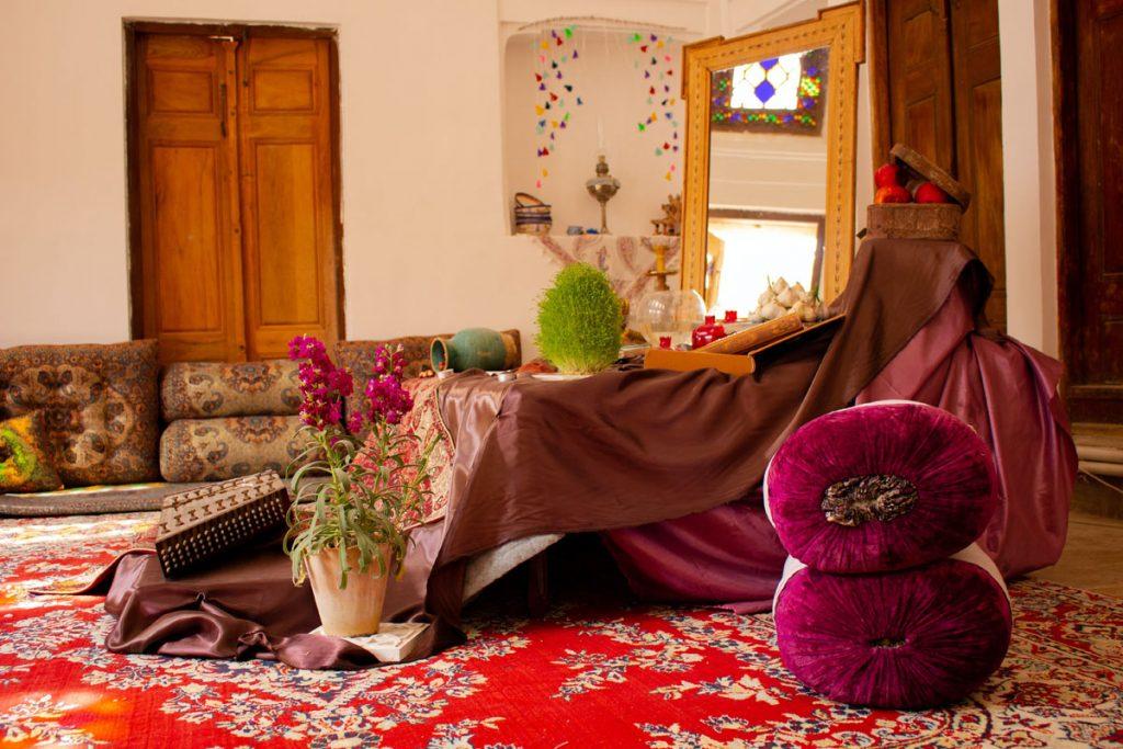 salon rustico kitsch decorado con muchos colores vivos